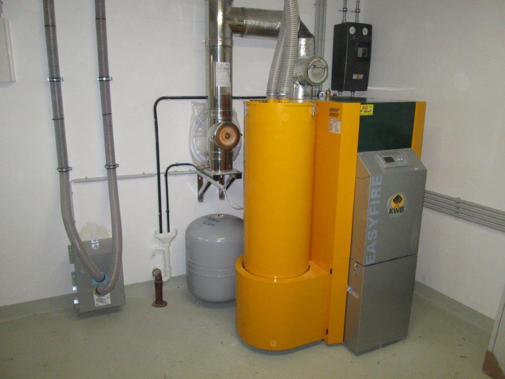 KWB Easyfire Pelletsheizung mit 825l Schichtpufferspeicher, und Frischwassermodul zur Hygienischen Warmwasserbereitung! Eine Solaranlage dient zur Warmwasserbereitung und Heizungsunterstützung! Ein doppelwandiger Stocker Edelstahlkamin wurde installiert!