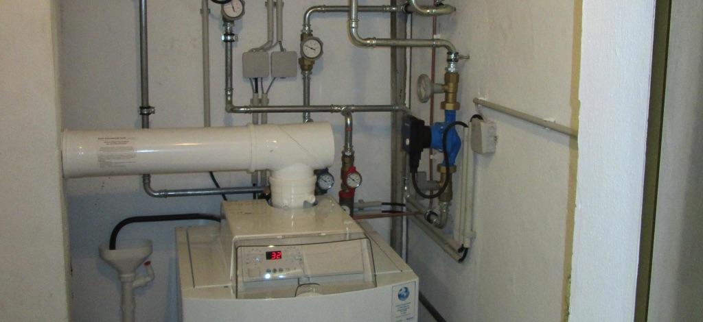 Buderus Ölbrennwertkessel, Leistung 19 kW mit Hocheffizienz - Energiesparpumpen. [Familie Schmutz, Ziersdorf]