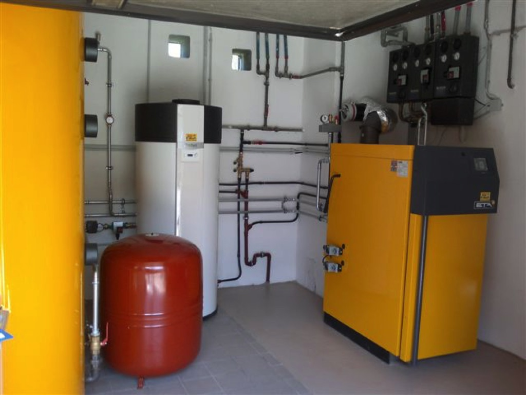 ETA Holzvergaserkessel 30kW Leistung 2x 1.000l Schichtladepufferspeicher, 2 Wohneinheiten mit 3 gemischten Heizkreisen! Zur Warmwasserbereitung dient eine Vaillant Brauchwasserwärmepumpe! [Familie Nimmervoll, Neudegg]