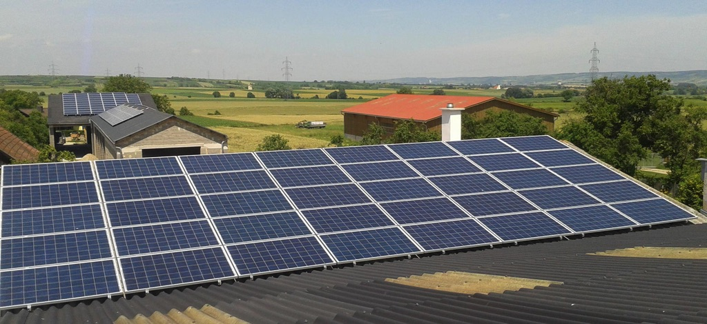 Photovoltaikanlage Schüco mit 360m² Fläche aufgeteilt auf 4 Dächer. Ausrichtung Süden SMA Tripower Wechselrichter [Lohnunternehmen Gnauer, Ebersbrunn]